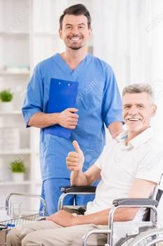 41672309-親切な男性看護師と病院で車椅子の彼の上級の患者。.jpg